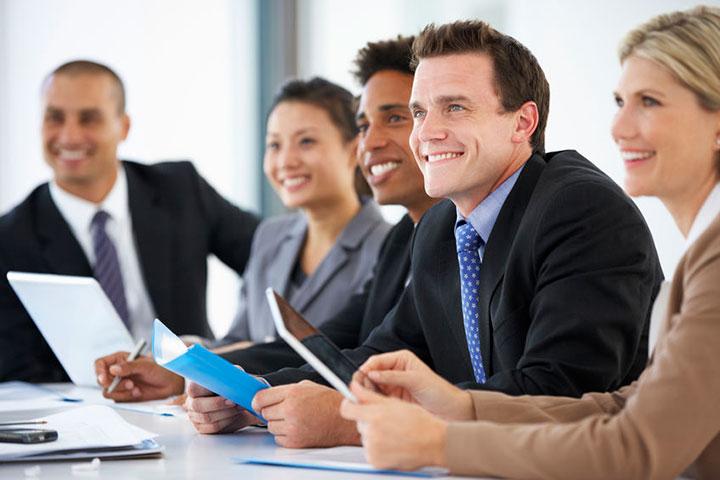 英語面接を行うビジネスプロフェッショナル