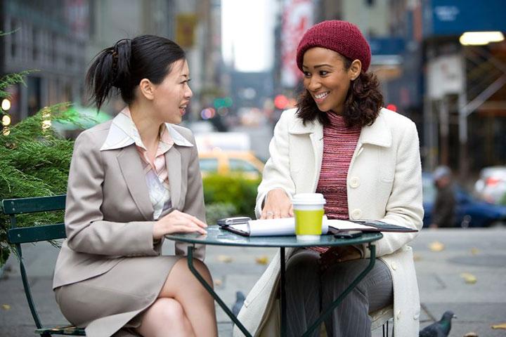英会話を楽しむ女性