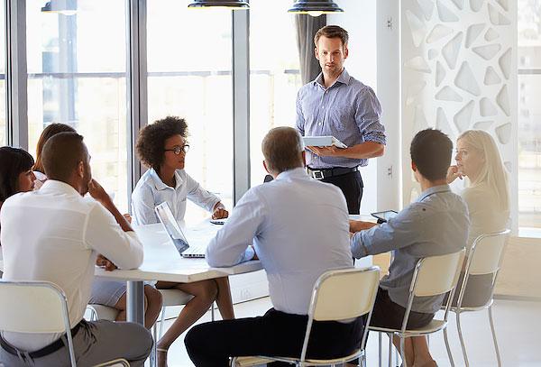 ビジネスミーティングを行う複数のビジネスマン