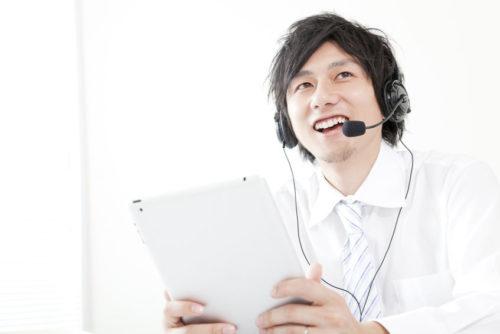 英語スピーキングテストを受けるビジネスマン